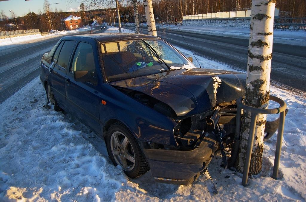 Crashed_car_in_Siilinjärvi.jpg