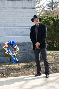 Trace Adkins placing a wreath at the Civil War Tomb of the Unknowns at Arlington National Cemetery. | Credit: Civil War Trust